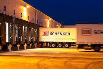 DB Schenker LKW an der Laderampe des Hub in Salzburg;
