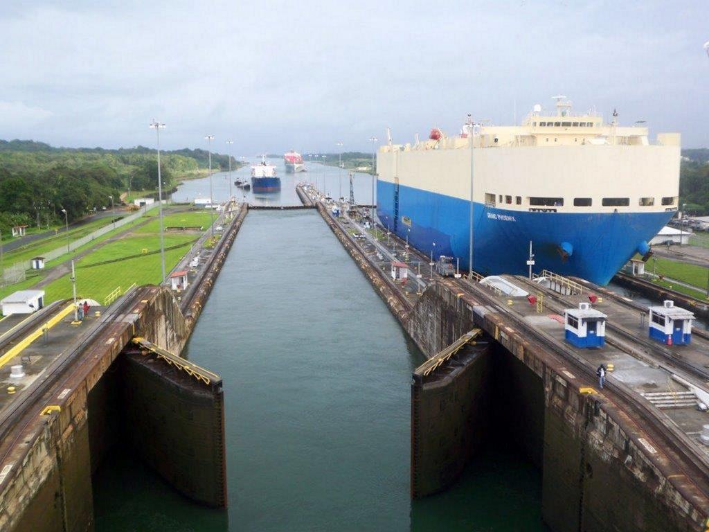 Panama-Canal-ships-passing-1024x768