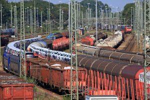 <p>Blick über die in der Einfahrgruppe des Rangierbahnhofes München Nord wartenden Güterzüge. Rechts hinten fährt ein Containerzug mit einer Traxx-Lok der Baureihe 185 der DB Cargo ein.</p>