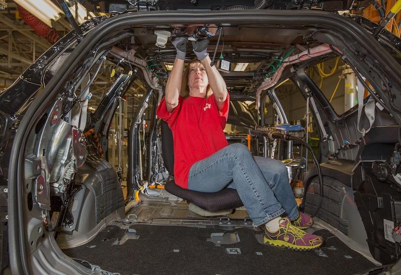 """LeAnn Franke es miembro del equipo de ensamblado de General Motors y utiliza la """"Silla ergonómica"""