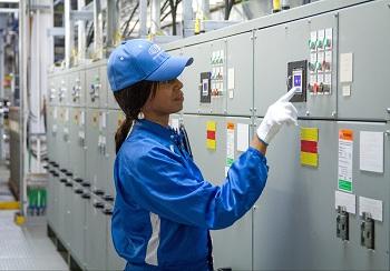 Un miembro del equipo de pintura comprueba el voltaje mientras inicia la aplicación de la primera capa de pintura durante un proceso de galvanoplastia