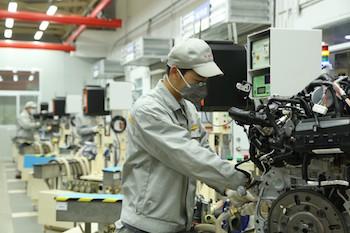 La planta de motores tiene 250 empleados trabajando en la sección de fundición, mecanizado y montaje. La planta de motores Wuhan es la primera planta de Renault fuera de Europa que fabrica tanto el bloque como el cabezal