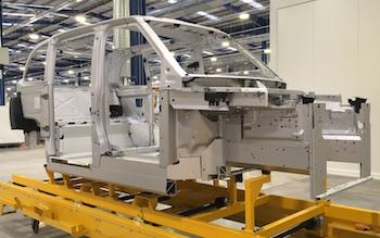 El TX5 se construye con un monocoque de aluminio extruido ultraligero, similar al método utilizado por Lotus y Aston Martin